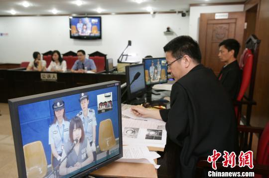 90后少女捅死性侵大叔在广州一审获刑四年,图为庭审过程。 罗伟雄 摄