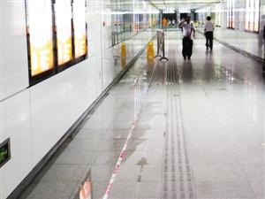 五和地铁站出口长期漏水