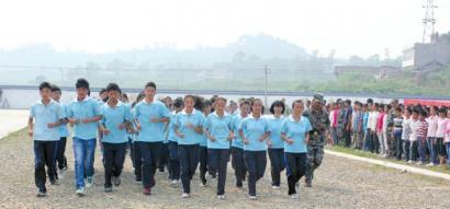 自贡牛佛高中920中学生接受4天军事训练课本苏教版名学图片
