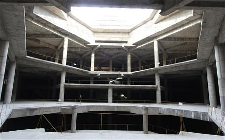 从旅行社公布的照片可以看到,饭店内部大厅还处于水泥钢筋裸露状态。