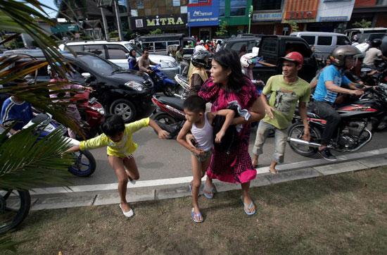 2012年4月印尼苏门答腊发生8.6级地震当时逃散的居民(资料图)