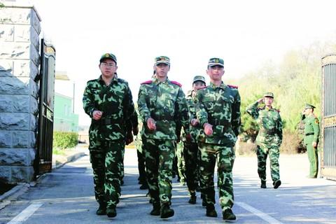 精神抖擞,步伐坚定,参训学员宛如标准军人