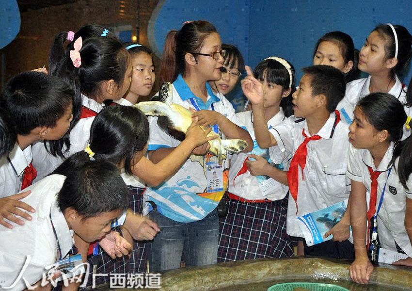 海底世界讲解员向小学生讲述濒危物种知识 张悦