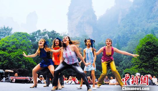 世界各国艺术家在张家界国家森林公园快乐地歌唱。 中新网张家界9月19日电(唐小晴)记者19日晚间在纪念中国国家森林公园建立三十周年大会上获悉,张家界国家森林公园建园30年来,累计接待游客2984.3万人,实现旅游总收入347亿元,解决社会就业近20万人。 张家界国家森林公园位于湖南省西北部,总面积48平方公里,是1982年9月成立的中国首个国家森林公园,其前身是张家界国营农场。境内旅游资源丰富,以地球上独一无二的张家界地貌著称,集雄、奇、幽、野、秀为一体,汇峰、谷、壑、林、水为一身,具有极高的地质科研