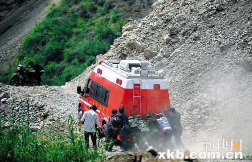 ■云南昭通市彝良地震余震不断,通往重灾区洛泽河镇的唯一生命线多图片