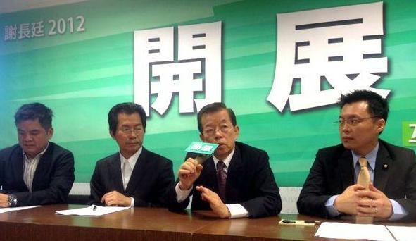 """谢长廷(右2)召开记者会说明赴陆情形。 图片来源:香港""""中评社"""""""