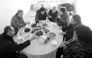 老人們一起吃飯,很熱鬧