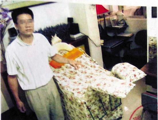 警方拍摄的照片中,马林在指认现场