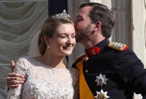 纪尧姆与斯蒂芬妮在阳台热吻