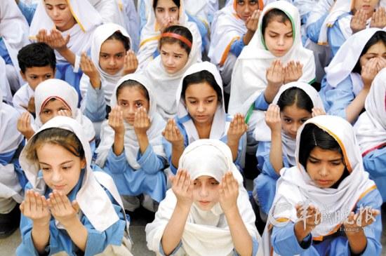巴基斯坦一些女生在为受伤的马拉拉祈祷