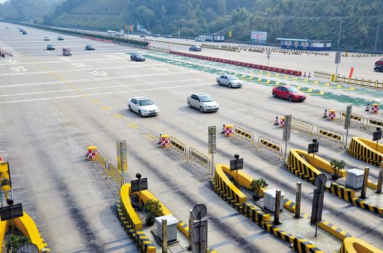 月6日上午,京港澳高速公路太和收费站,由北往南返程的车辆并不