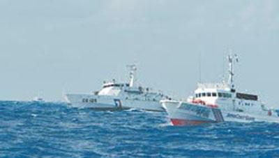 9月25日,大批苏澳渔船前往钓鱼岛宣示渔权,当天台湾海巡舰(左)与日本海上保安厅巡逻船(右)在钓鱼岛近海相互对峙。图片来源:台湾《旺报》