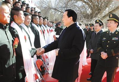 陈全国欢送武警部队退役士兵图片