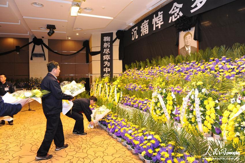 罗阳/吊唁的人们敬献鲜花摄影:王锋
