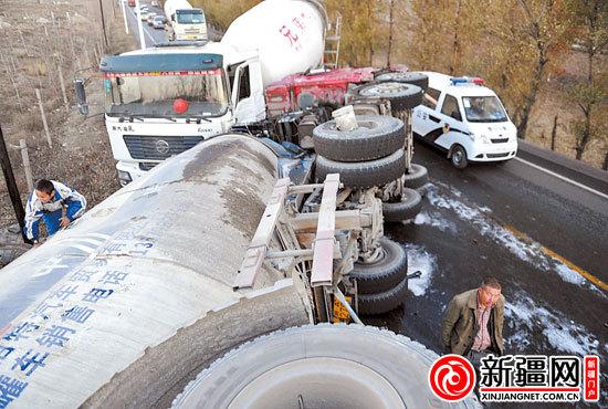 乌鲁木齐大湾一罐车侧翻撞上搅拌车