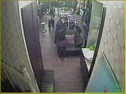 另外一名店员下楼赶人。图片来自台媒