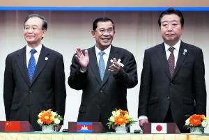 """▲ 19日,东盟与中日韩""""10+3""""峰会在柬埔寨金边举行。图中从左至右:中国国务院总理温家宝、柬埔寨首相洪森、日本首相野田佳彦。"""