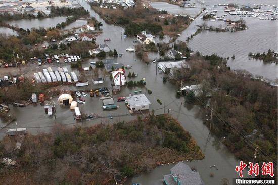 """美国空军向媒体提供了新泽西州海岸遭受飓风""""桑迪""""袭击后的航拍图片。图为10月30日,航拍的飓风""""桑迪""""袭击海岸后的照片。图片来源:东方IC   版权作品请勿转载"""