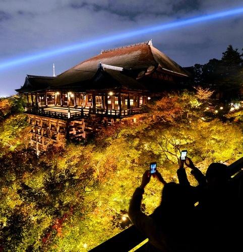 灯光映衬下的清水寺(图片来源:朝日新闻0   原标题:日本京都...
