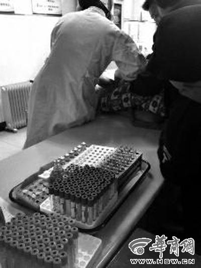 一家医院内,家长带孩子抽血检测微量元素 本报记者 张杰 摄