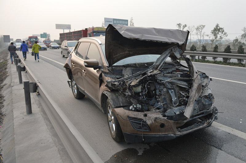 高清 京昆高速成绵段发生连环车祸 已致1死6伤