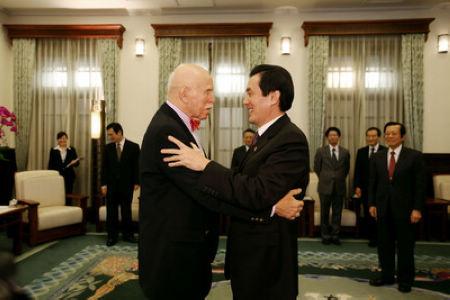 """马英九(前右)于12月14日在接见Jerome Cohen(前左),两人拥抱致意。图片来源:台湾""""中央社"""""""