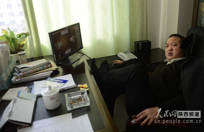 陕西渭南交通局:上班时间领导打牌 员工看电