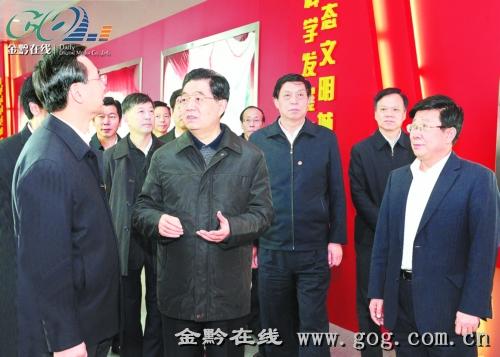 12月3日,胡锦涛主席在贵阳市城乡规划展览馆,了解贵阳市近年来经济社会发展情况。