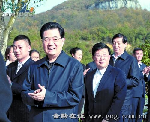 12月2日,胡锦涛主席在百里杜鹃景区考察。