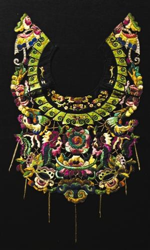 这是湖南凤凰、贵州松桃一带的苗族妇女盛行的配饰,与今天某些衣服图片