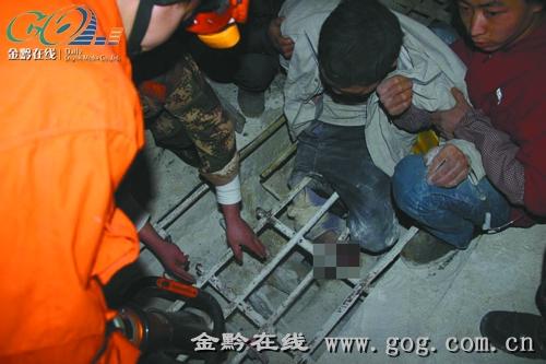 只见被困水泥厂员工小刘右腿卡在水泥搅拌机内,膝盖被搅拌机搅烂.