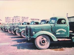 683车队 下设九个车队。建场时有营运货运汽车等各类车辆250辆,职工近千人。至1975年,车辆增加为389辆。  (本版图片由上海小三线职工黄晓力提供)