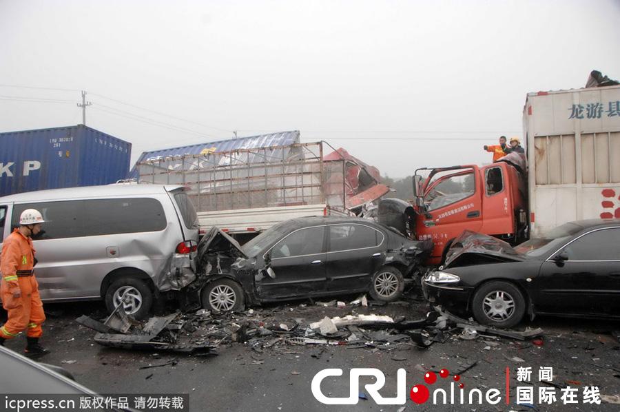 浙江 杭浦高速20辆车连环追尾 已致2死8伤