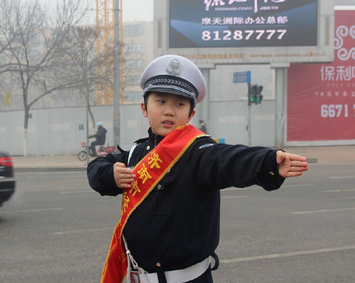 kt板制作的小交警-济南市经五路小学开展 今天我做小交警 活动