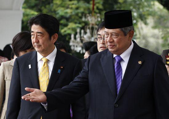 18日,安倍到访印尼,会见印度总统苏西诺(右),当日便飞回日本,提前结束他在东南亚的三国之行。