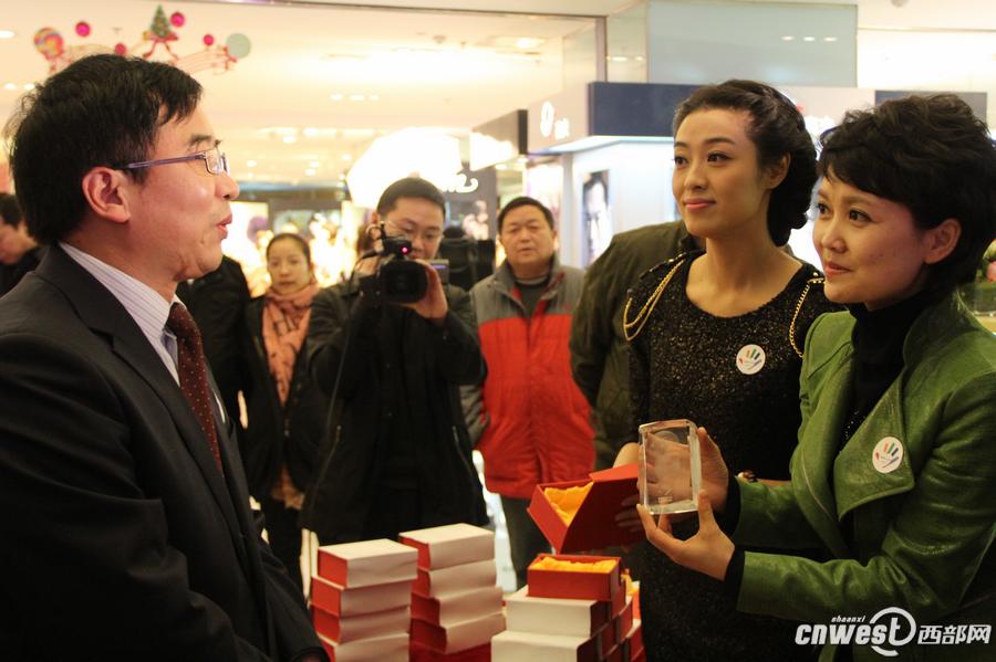 陕西广播电视台主持人义卖爱心水晶蛇