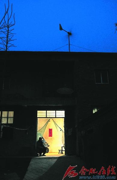 李朝行在房顶装风力发电机供照明
