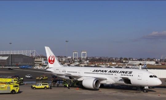 图1:7日波士顿洛根机场紧急救援车辆围着日航波音787飞机 据美联社报道:1月7日日本航空公司(Japan Airlines)由东京飞抵波士顿的一架波音787客机,下客数分钟后辅助动力系统(APU)电瓶组件起火,客舱内冒出烟雾。 这架飞机上午10:15准时飞抵波士顿洛根国际机场,173名乘客和11名机组人员已经离开飞机。随后机上的机务发现机舱内出现轻微烟雾,立即通知马萨诸塞州港务局。当港务局人员赶到时机舱内已出现浓烟。消防员用红外装置发现了火焰,用了20分钟控制住了腹舱内火势,期间一个锂电瓶发生了爆炸。