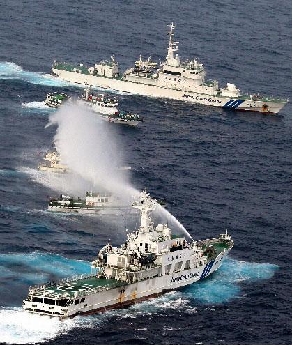 日本海上保安厅派出7、8艘巡视船对保钓船形成合围之势,并用水枪向保钓船喷射。图片源于朝日新闻网站截图