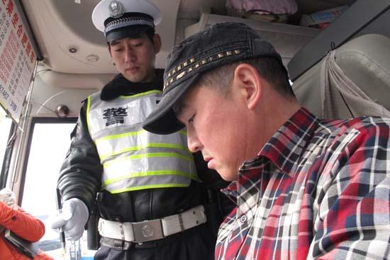 春运首日,瑶海交警大队民警检查客车驾驶人各类证件高清图片