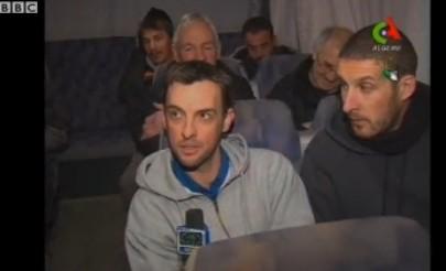 被解救的英国人质在接受采访。