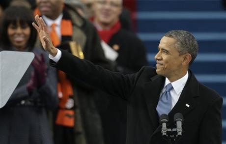 美国总统奥巴马发表就职演讲后,向民众招手。