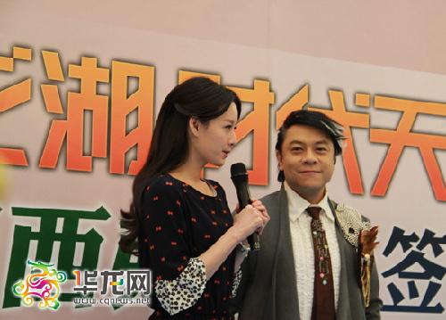 曾恺�t和蔡康永现身重庆为新书举行签售。郑懿 摄