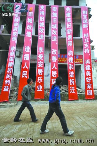 刚刚参加工作的吴东俊接到一个任务:帮助一位海外侨胞在贵阳市飞机坝