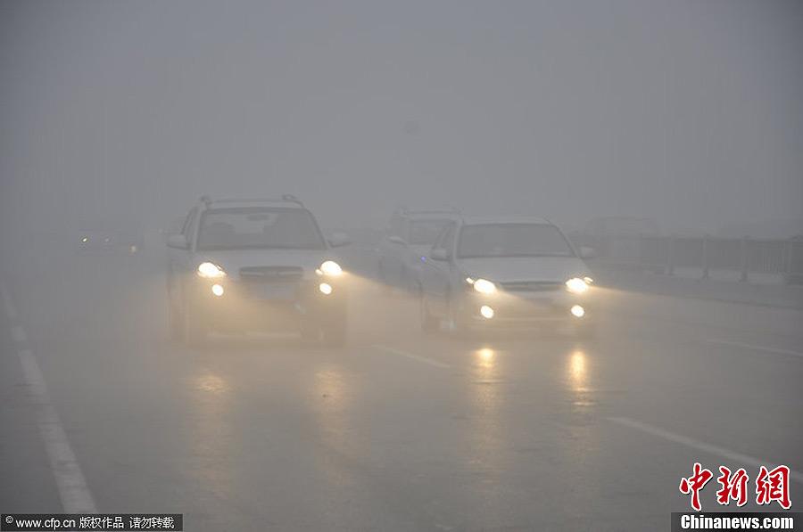 中国中东部地区持续雾霾天气 济南开学仪式迁