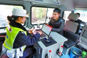 重庆驾驶证违章查询_查询违章记得要带上行驶证