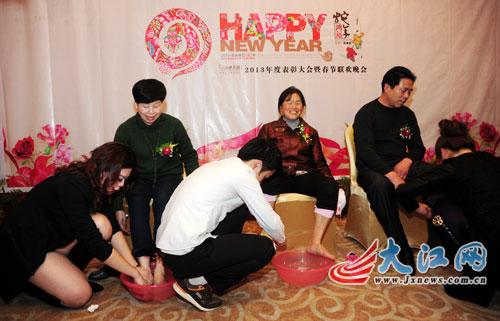 南昌一企业年会员工给父母洗脚 老板派发新年礼物(图)