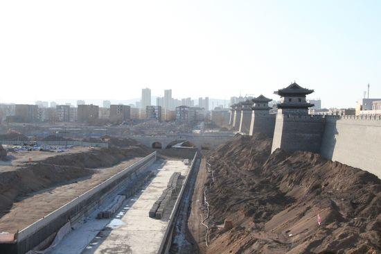2月23日,山西大同古城南城墙外的护城河修建和环境整治工程尚未完成。