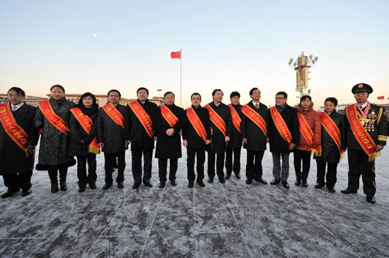 2月1日,中华儿女年度人物在天安门广场留影。(人民网记者 翁奇羽 摄) 链接:2012中华儿女年度人物发布仪式 面向海内外华人、以激扬民族力量为宗旨的2012中华儿女年度人物2月1日在京揭晓。神九航天员乘务组获年度人物团体,作家莫言、英雄沈星等17名个人获年度人物殊荣;河北唐山爱心小院获特别推荐人物团体,张峥、厉莉等12名个人获年度特别推荐人物称号。记者获悉,为响应贯彻党中央关于简朴节约办一切活动的决定,今年的发布仪式与往年不同:没有盛典,不搞晚会,不安排国家领导人接见,而
