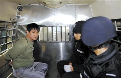 3月1日,糯康在警车中等待被押赴刑场。新华社记者 王申 摄